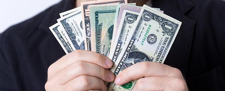 アメリカの紙幣を持つ人