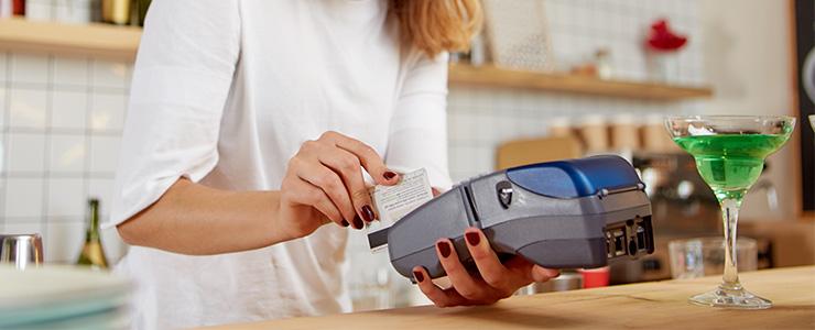 クレジットカード決済を行う店員