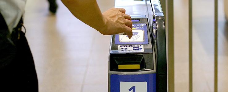 交通系ICカードを使う様子