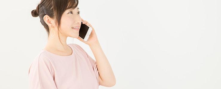 Amazonギフト券買取業者に電話する女性